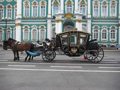 Carroza frente al Palacio de Invierno.
