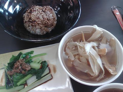Yao Cai (MK: Chinese herbal) chicken soup + rice + vegetable 药材鸡腿酥汤+