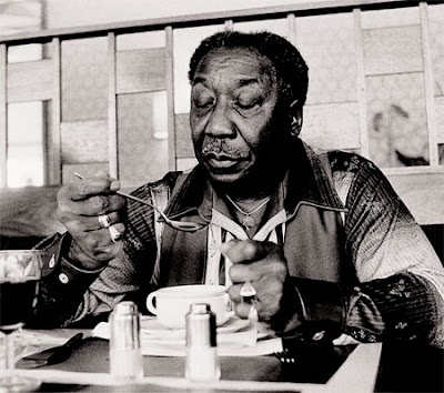 Muddy comiendose unas lentejas con chorizo, que no sólo de Blues vive el hombre