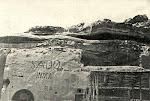 Grutas  e inscrições no morro da Torre do Tombo (Mossãmedes)