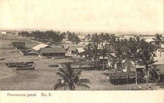 Mossamedes: praia, barracoes e coqueiros