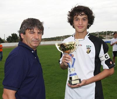 Capitão do Farense recebe o troféu de vencedor