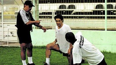 Fortes com Carlos Costa e Pélé num treino do Farense