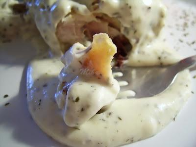Pui la punga cu sos de tarhon