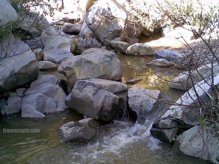 Agua corriendo en la barranca del tigre en Iramuco, Gto.
