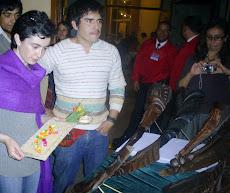 Paulina Urrutia apreciando el trabajo de Francisco Iturra