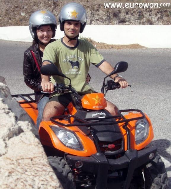 Turistas recorriendo Santorini en un quad