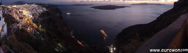 Panorámica nocturna de la caldera de Santorini