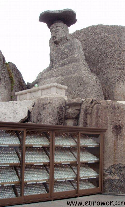 Estatua Gatbawi en lo alto del monte Palgongsan