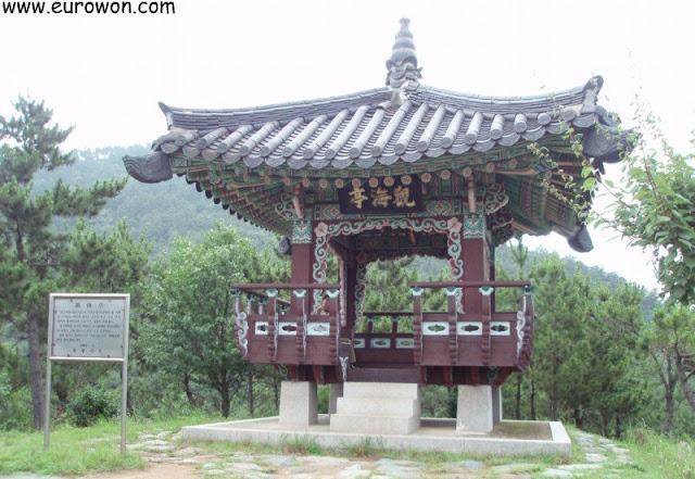 Pabellón en el parque Hallyeohaesang de Corea