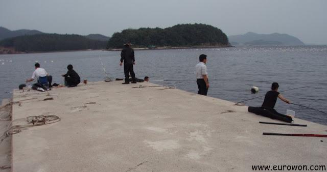 Pescadores en un muelle en la Bahía de Masan