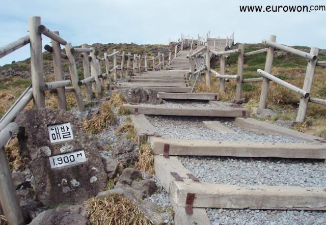 Escaleras hacia la cima del monte Hallasan de la isla Jeju
