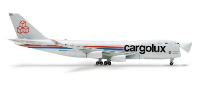 Boeing 747 con la puerta de carga de morro abierta