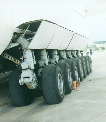 Detalle del tren de aterrizaje del An-225