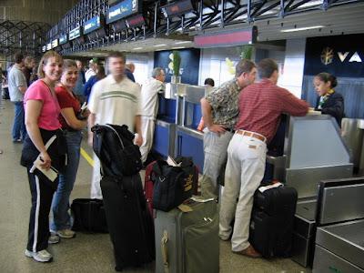 Grupo de humanos facturando felizmente su equipaje