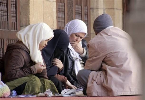 EgyptianMuslimwomenstudyIslamiclessonsatalAzharmosquethehighestIslamicSunniinstitutionFridayJan22009 - Do you know??