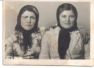 Yıpranmış eski iki kadın fotoğrafı