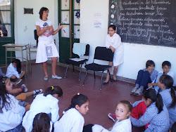 Contando cuentos con los chicos de Agustoni y Dorila
