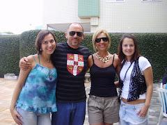 Eu e Marcos , meu marido , com nossas filhas Anne Caroline e Brunna .