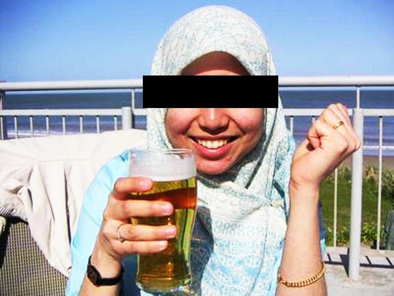 Gambar contoh wanita Melayu minum arak secara terbuka.