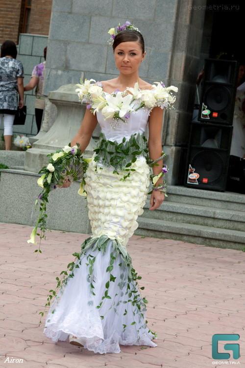 Свадебное платье может быть из цветов, из буаги или резиновых перчаток, из американского флага