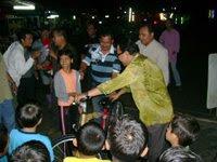 Penyampaian Hadiah Utama Cabutan Bertuah Berupa Sebuah Basikal Kpd Adik Puteri Hanis Oleh YB Dato'