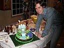 este buen hombre quiso posar para la posteridad con el superregaloriginalísimo de tarta de paisaje