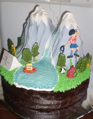 tarta de paisaje con montañas y escalador.