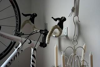 Y un poco de dise o colgar la bici en la pared for Como guardar la bici en un piso