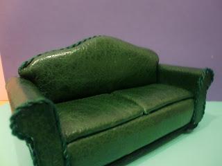 sofa en miniatura retapizado en piel verde