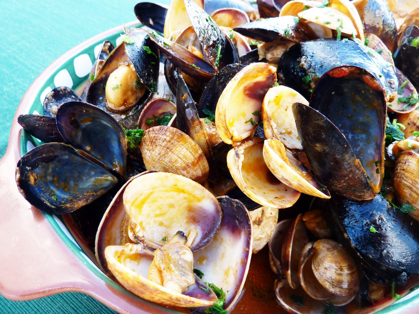 Mangiandobene: Clams and mussels in tomato broth