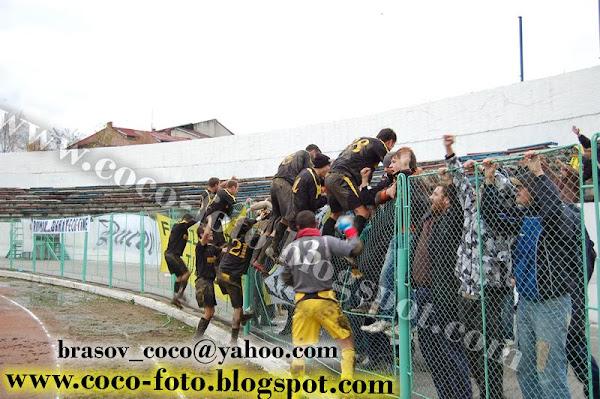 Bucuria jucatorilor si a suporterilor la finalul meciului de la Botosani!