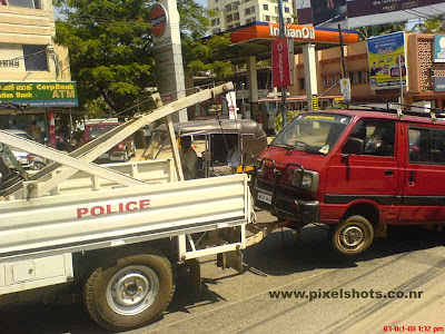 tugging maruti van by ernakulam traffic police in mg road ernakulam