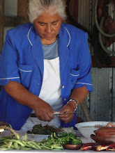sra juanita preparando los porotos