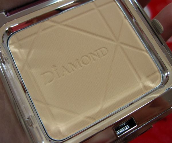 The shade is a light neutral beige that would probably best suit MAC NC25-30