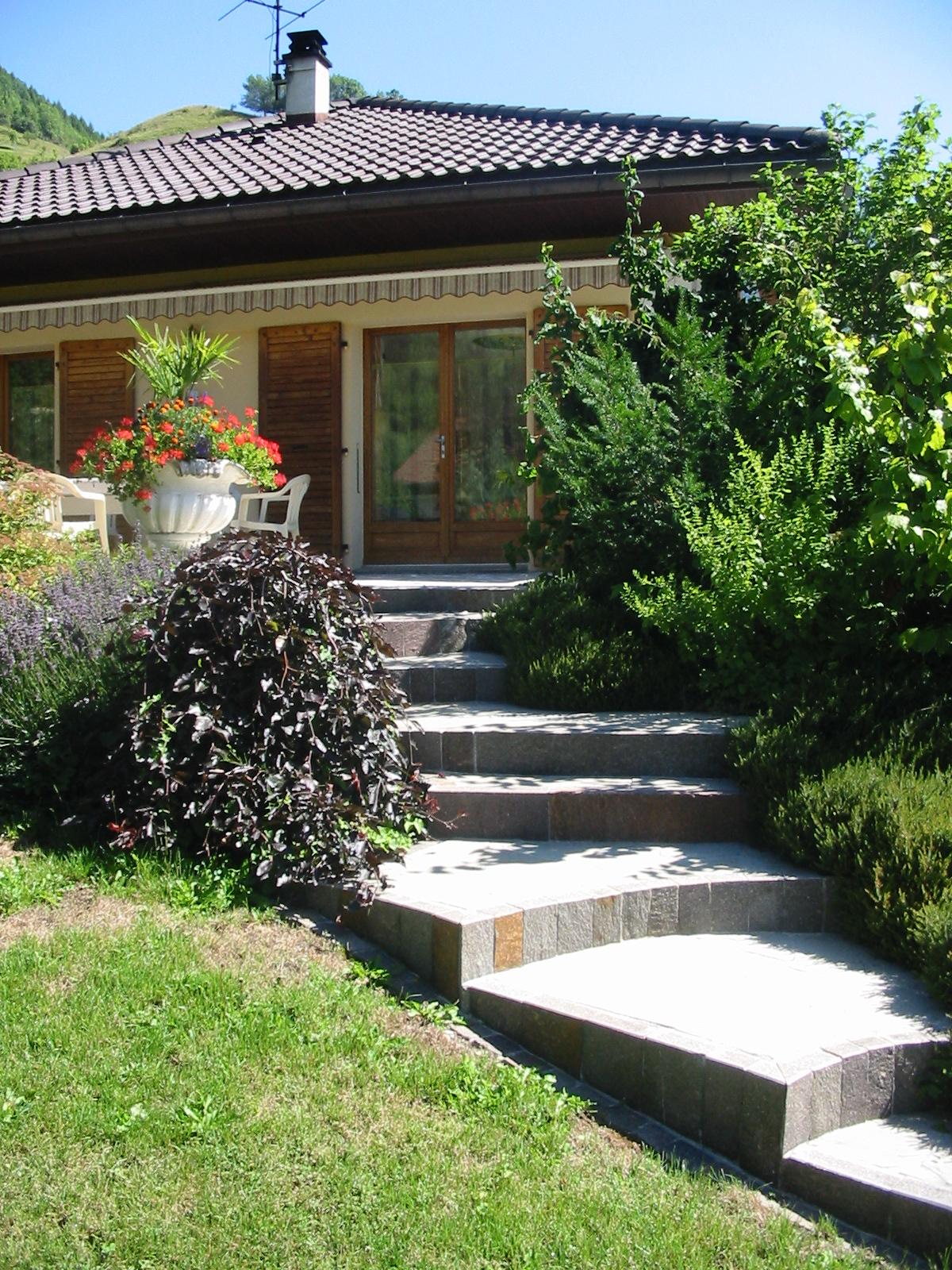 Escalier exterieur marches jardin ma onnerie de jardin for Escalier bois jardin