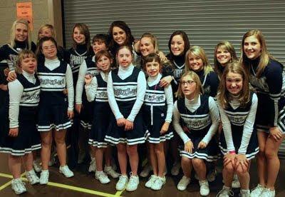 Miley Cyrus und das Cheerleader-Team der Iowa Spartan Sparkles, Down Syndrom, Down-Syndrome, Extrachromosom, Fotos, Kind, Trisomie 21, USA,