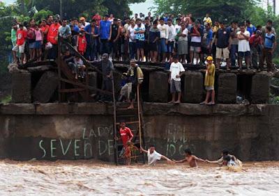 Pazifik aktuell: Tropischer Sturm AGATHA mit katastrophalen Folgen und vielen Todesopfern in erster Linie in Guatemala, Tote Todesopfer, 2010, Agatha, aktuell, Video Stream, Sturmflut Hochwasser Überschwemmung, Video, Pazifik, Guatemala, El Salvador, Mexiko,