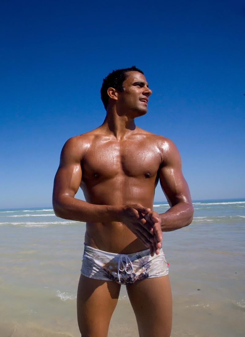Загорелые мужчины на пляже фото