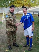 Il Gen. Com.te Biancafarina con il militare autore di due gol.