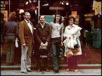 Neil e seus pais na Carnaby Street em Londres