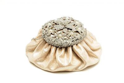 Сумочка невесты - впрочем, как и любая вечерняя - должна быть. крошечной.