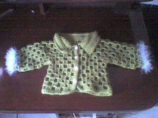 saquito tejido a crochet, con cuello, y detalle de lana pelo largo en ...