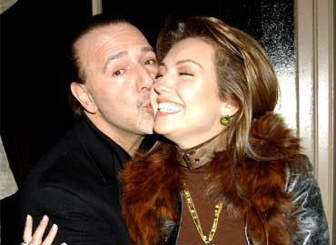 Tommy Mottola besando a Thalía
