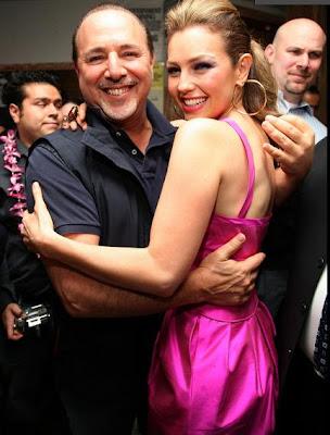 Tommy Mottola abrazando a Thalía