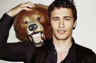 James Franco con un oso disecado