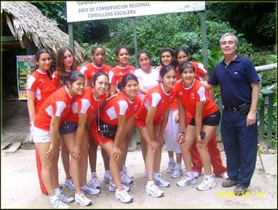 Vivian Baella juntos a sus amigas de la selección peruanade voley