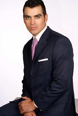 Tiberio Cruz con ropa elegante