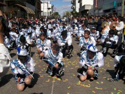 Danza Caporales saludando a su estilo en pleno pasacalle