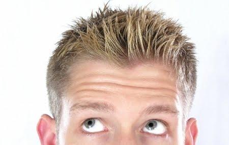 La máscara de los huevos para los cabellos para los niños